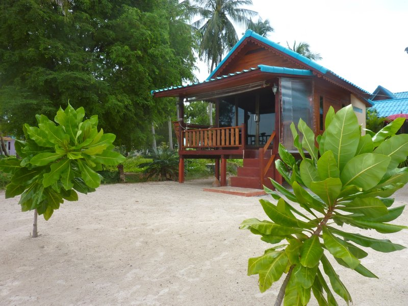 ROMANTIC BEACH HOUSE WITH SUNSET VIEW, vacation rental in Ban Thong Sala