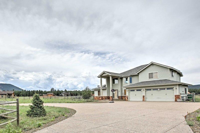 La casa ofrece 3,751 pies cuadrados de espacio de vida hermoso y de concepto abierto.
