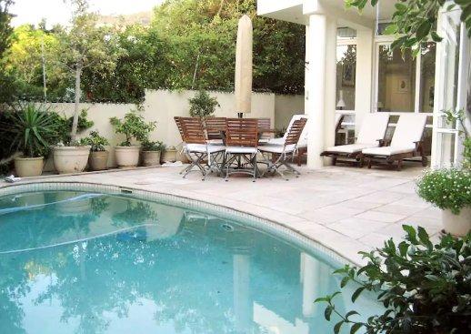 El patio y la piscina privada