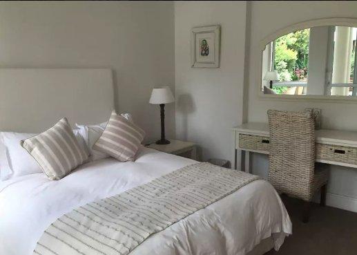 El dormitorio principal con una cama de tamaño extra grande