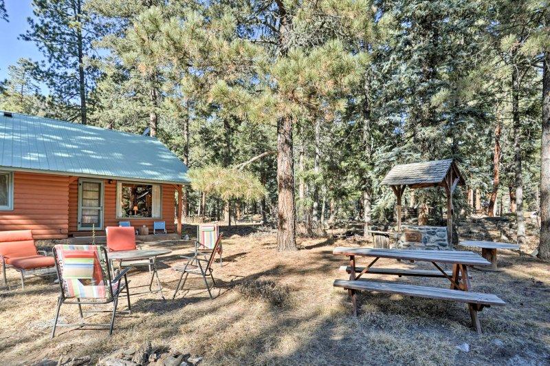 La casa cuenta con un patio amueblado, chimenea de gas y vistas al arroyo.