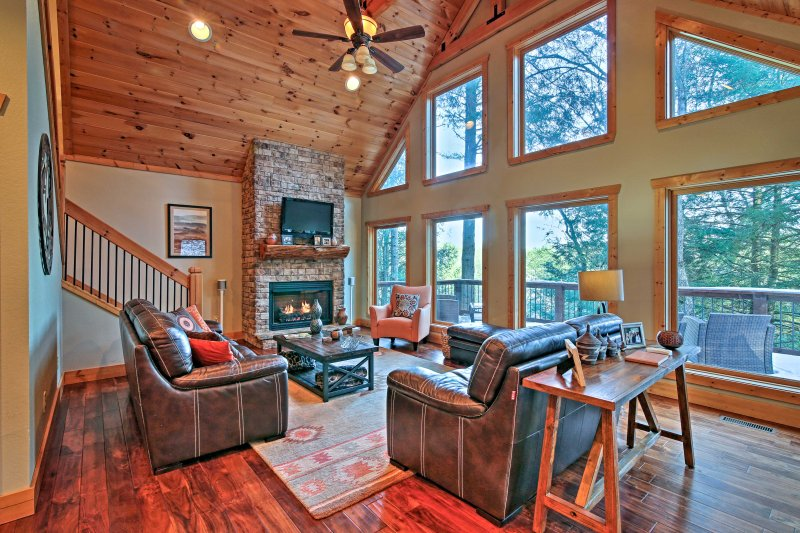 Blue Ridge Cabin w/Wooded Views, Deck & Hot Tub!, casa vacanza a Epworth