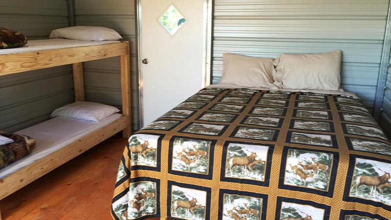 Glamour Camping Cabin, All Linens, Hot Showers, and Stunning Views, holiday rental in Monticello