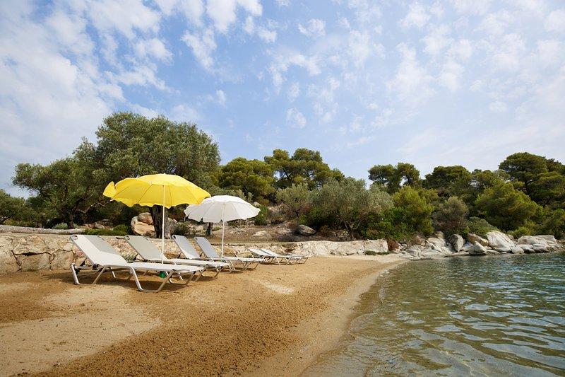 Playa con hamacas y sombrillas