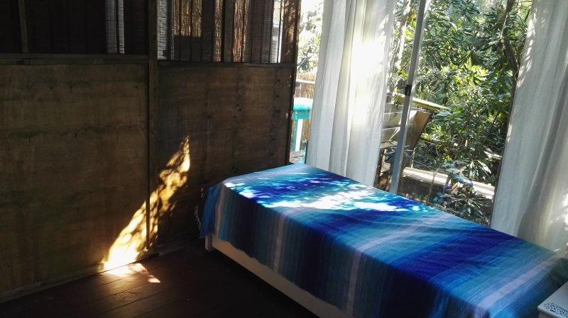 2 lits séparés de la salle de séjour par une porte coulissante.