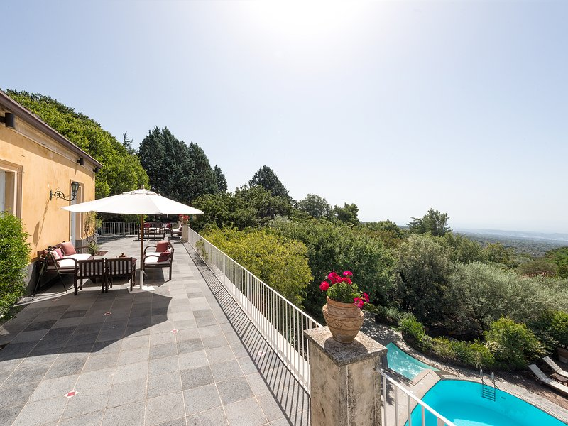 Villa Rocca del Bagolaro, with pool and park on the slope of Mt. Etna, holiday rental in Ragalna
