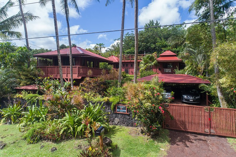 Romantic Oceanfront Bali House and Cottage, w/ hot tub at Kehena beach, vacation rental in Pahoa