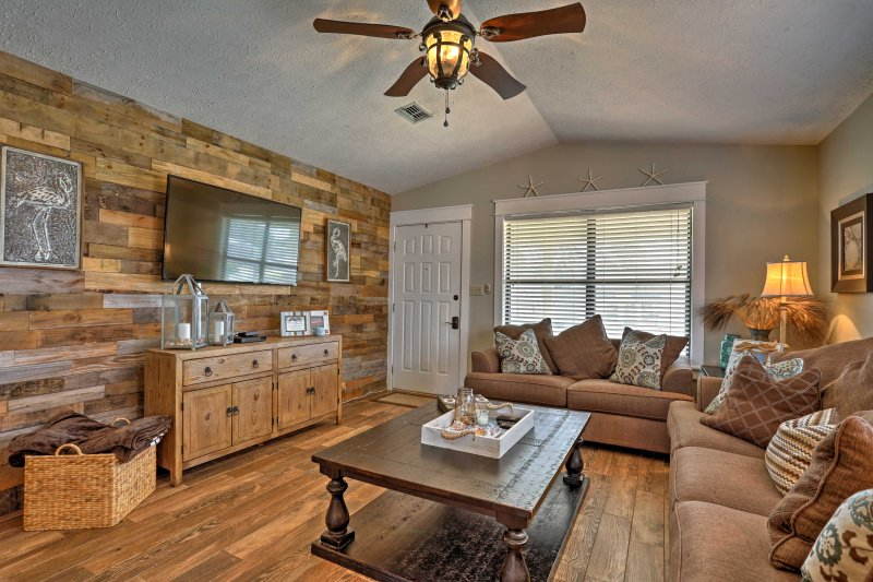 Arredato da professionisti, questa bella casa vanta 1.200 piedi quadrati di spazio vitale arredate con gusto.