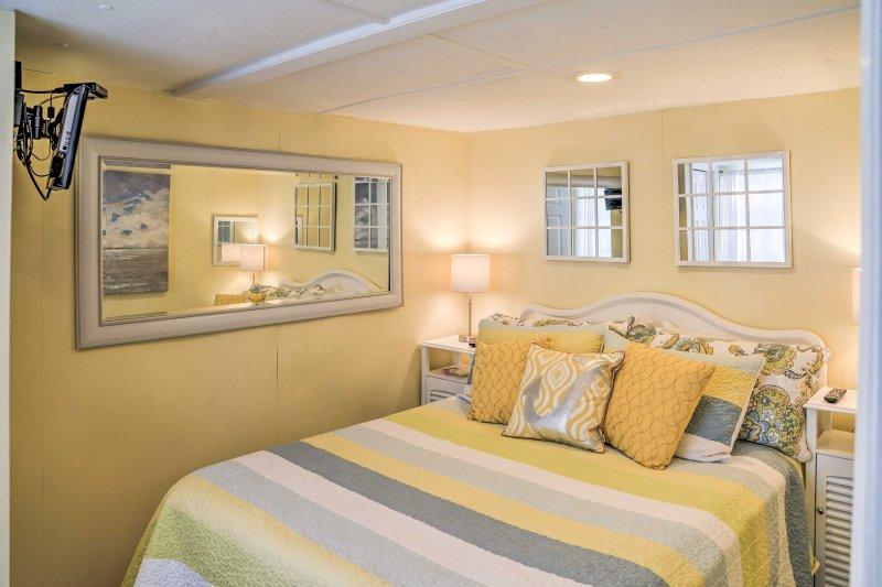Zwei Reisende werden in diesem französischen Bett im zweiten Schlafzimmer gemütlich auf.