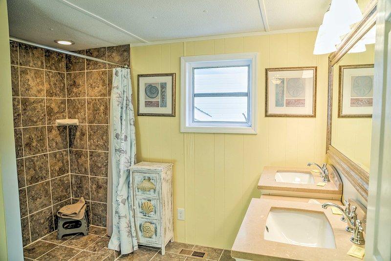 Das Master-Bad verfügt über 2 getrennte Waschbecken und eine ebenerdige Dusche.