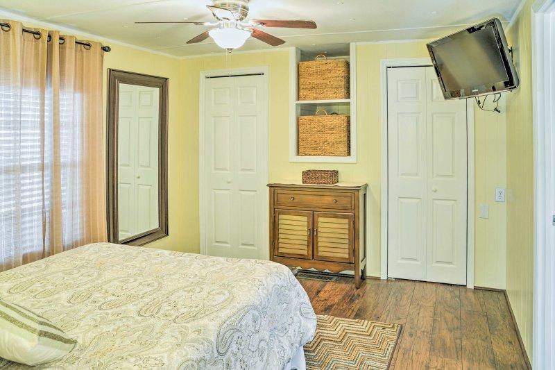 Jedes Zimmer ist mit einem Flachbild-TV.