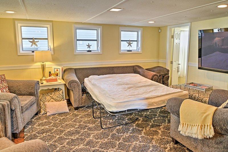 Die Couch verwandelt sich in ein Queen-Schlafsofa, wenn andere Unterkünfte benötigt werden.