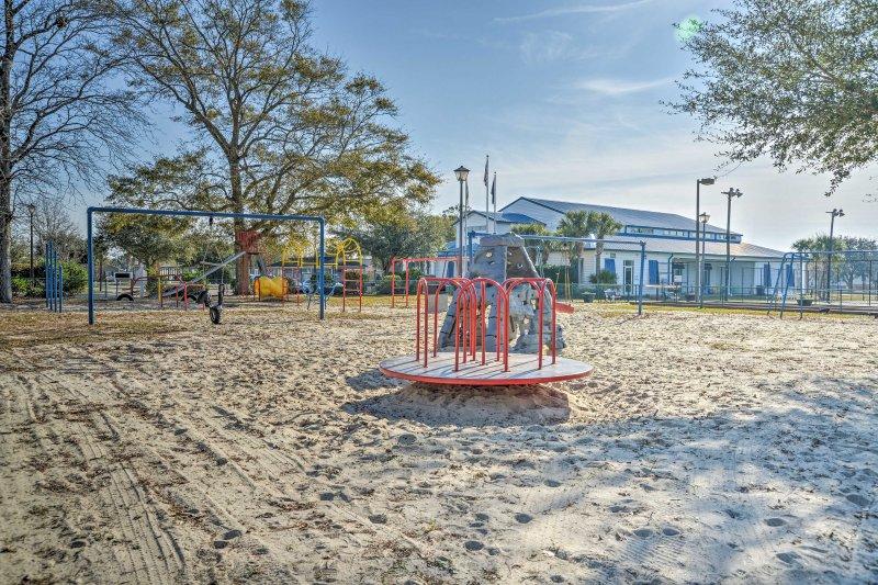 Kinder können mit einem Baseball-Feld auf dem Kletterturm in der Nähe des Parks spielen.