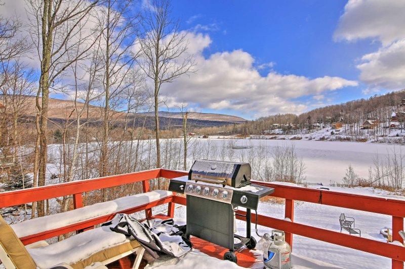 Cette maison de 1500 pieds carrés peut accueillir jusqu'à 16 voyageurs et offre une vue sur le lac depuis la terrasse meublée.