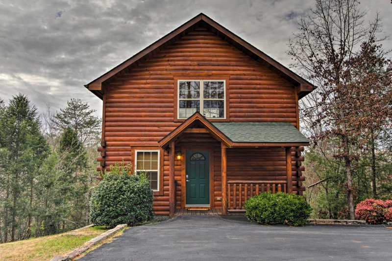 Explore everything that Pigeon Forge has to offer from this 1-bedroom, 1.5-bath vacation rental cabin!