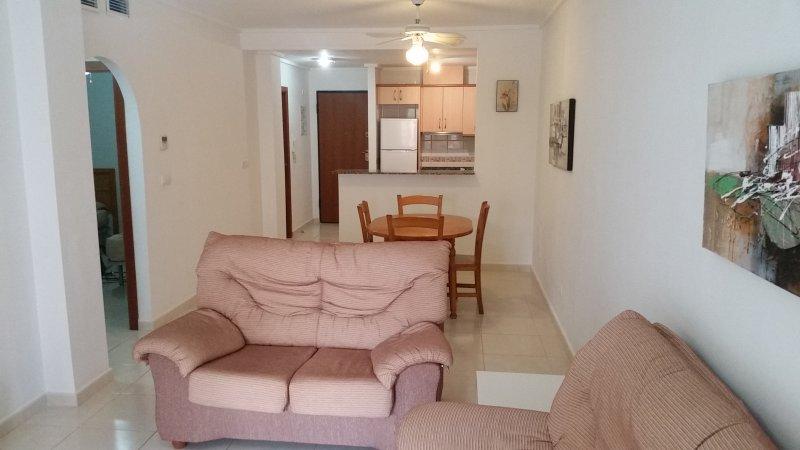 Salón de planta abierta cocina / comedor con aire acondicionado.