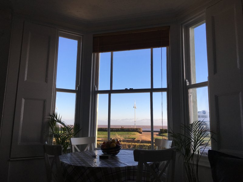 Le salon / cuisine avant vous offre une vue fantastique sur la mer et la plage