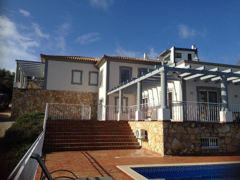 Luxurious 5 bedroom Casa McCann villa with stunning views and a 10m private pool, location de vacances à Sao Bras de Alportel