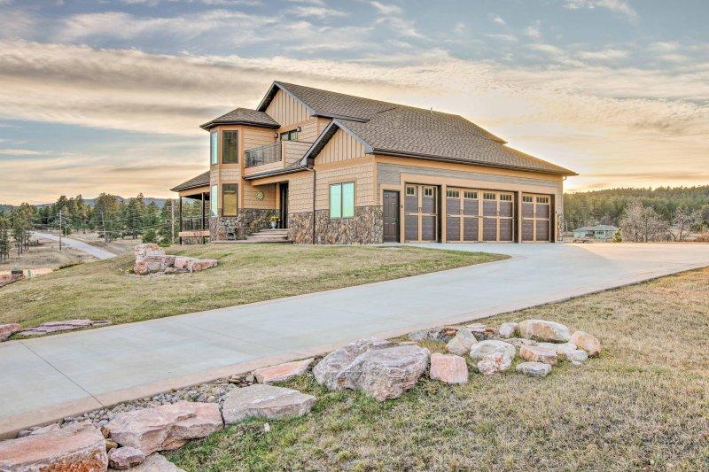 Esta casa tiene un garaje para 3 coches, que también puede albergar y proteger las motocicletas.