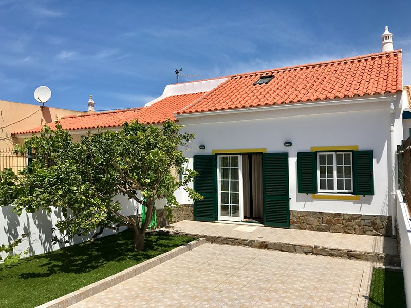 Sagres House - Large patios, free wifi, parking, location de vacances à Sagres