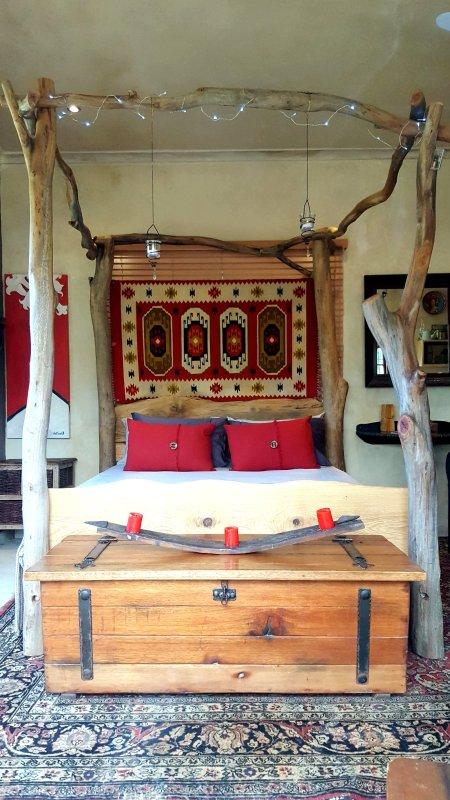 Dossel cama queen size feita de madeira dura local. Desfrute de vistas espectaculares sobre o céu e das árvores.
