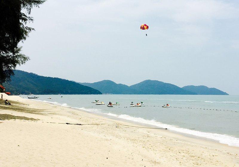 Batu Ferringhi, Beachfront Holiday Home, holiday rental in Batu Ferringhi
