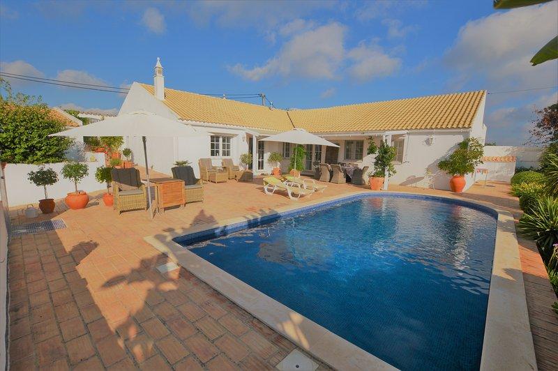Casita Branca - Three Bedroom Villa with Private Pool, location de vacances à Sao Bras de Alportel
