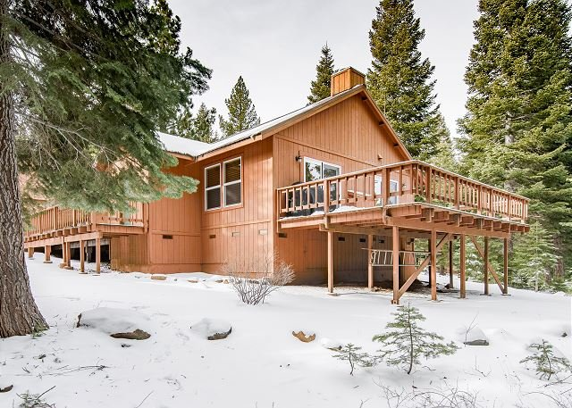 Updated Retreat w/ Fireplace, Large Deck & Grill - Near Rec Center & Eateries, holiday rental in Truckee