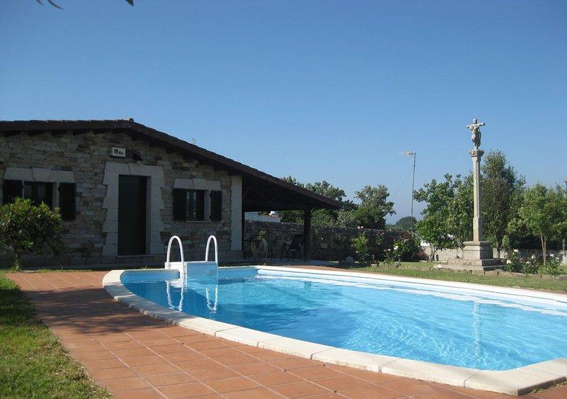 Casita con piscina en Rías Baixas, holiday rental in Aguino