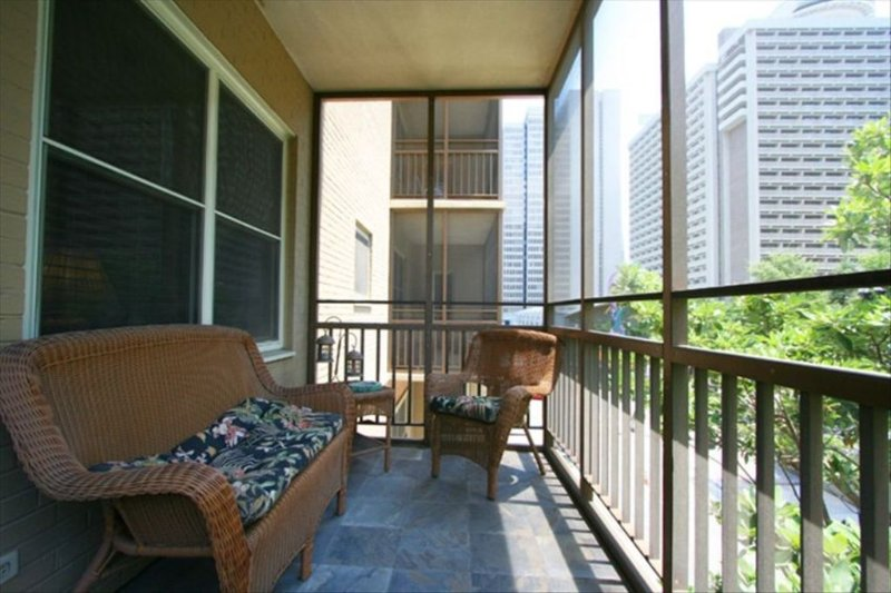 Popular Downtown Condo! 5 minute walk to Attractions! Free Reserved Parking!, holiday rental in Atlanta
