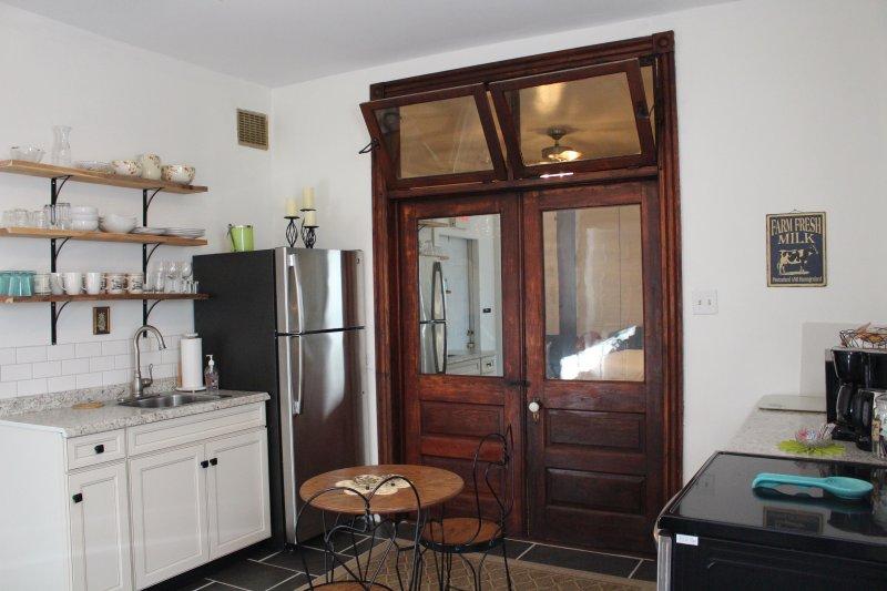 Cuisine avec portes doubles d'origine avec impostes sur la porte