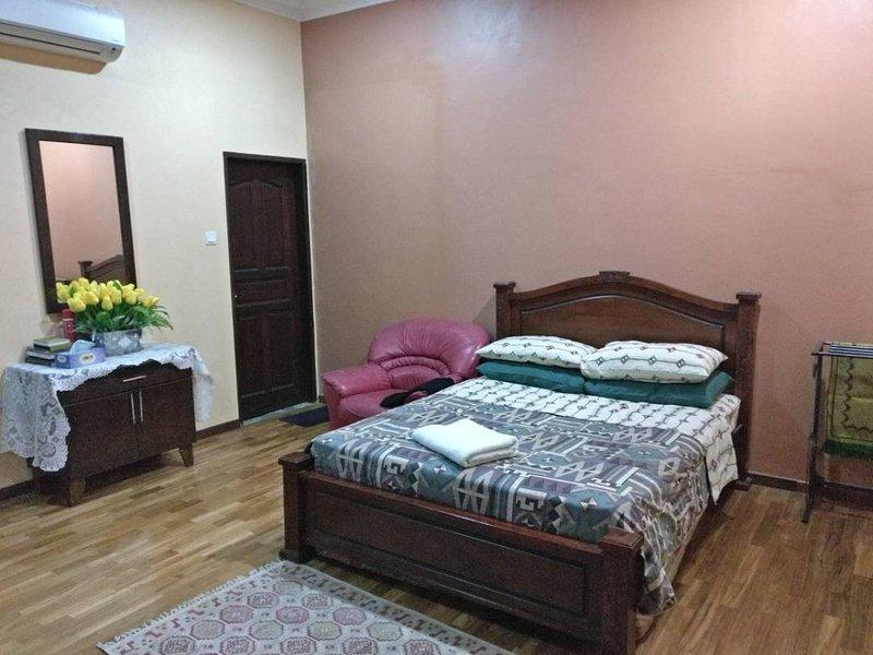 Big Spacious Room, holiday rental in Lukut