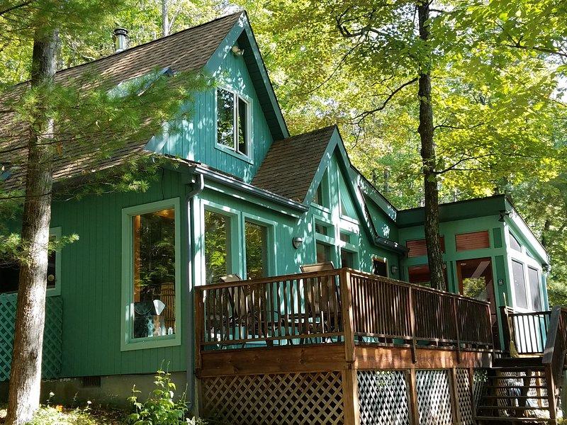 Maison contemporaine, tranquille dans les bois avec toutes les commodités.