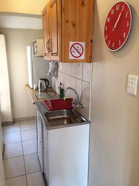 La kitchenette comprend un four micro-ondes, bouilloire, réfrigérateur ....