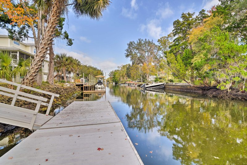 Canal Front Home w/ Dock & Access to Crystal River, location de vacances à Yankeetown