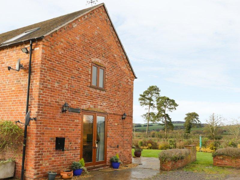 RYELANDS COTTAGE, barn conversion, views of Wenlock Edge, pet-friendly, Ref, holiday rental in Upton Cressett