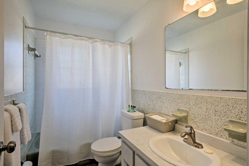El segundo cuarto de baño ofrece una bañera / ducha combinada.
