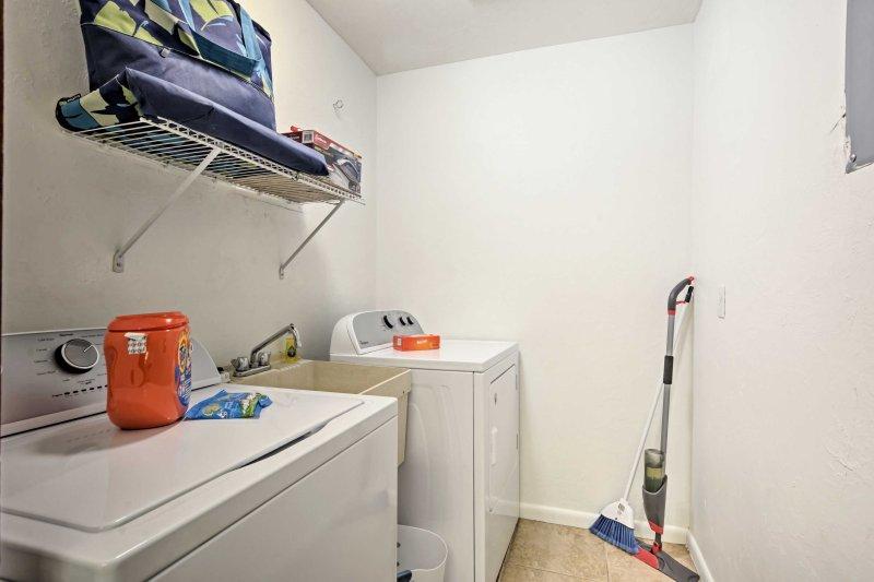 Mantenga su ropa fresca y limpia utilizando las máquinas de lavandería en la unidad!