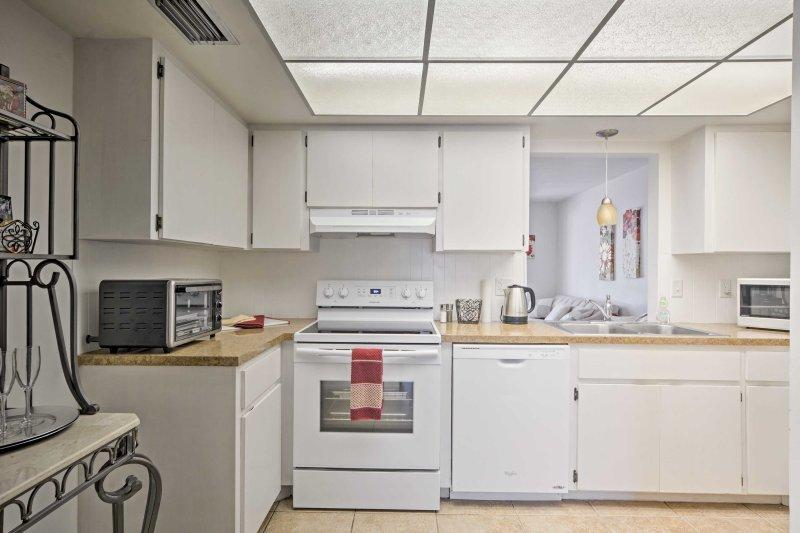 La cocina está totalmente equipada con electrodomésticos modernos.