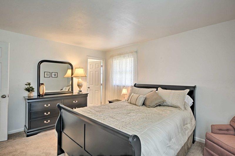 El dormitorio principal alberga una cama de matrimonio y cuarto de baño.