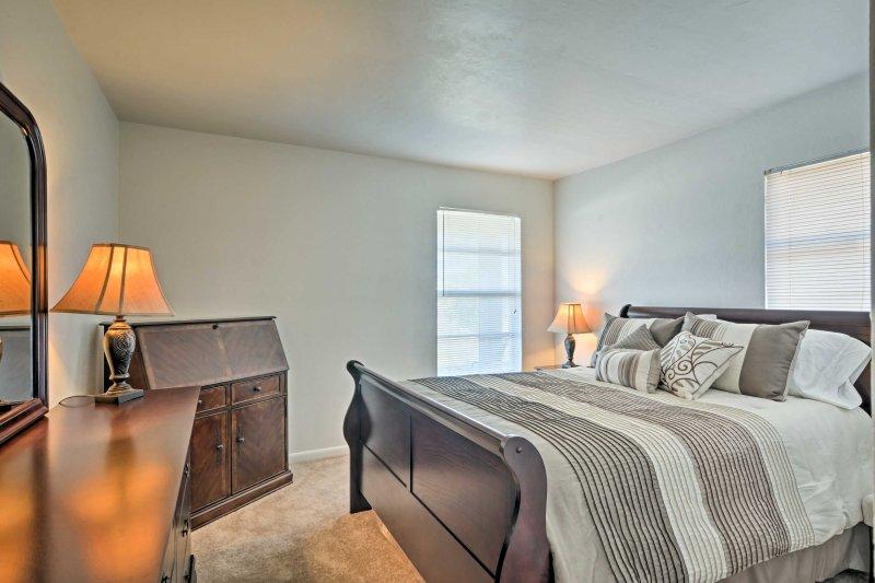 Conseguir una buena noche de sueño en la acogedora cama de matrimonio de la segunda habitación.