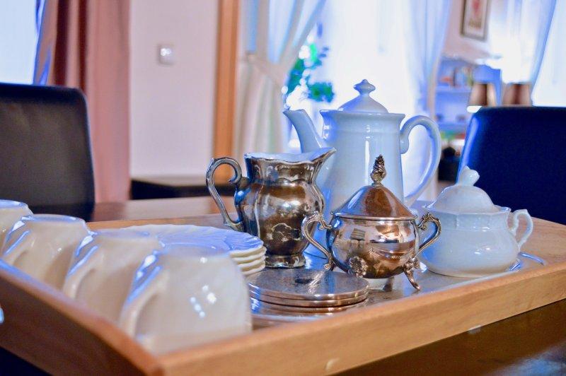 conjuntos de pequeno-almoço fornecidos com o básico, como a livre café, açúcar e chá.