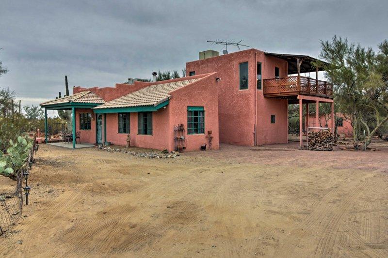 A casa encontra-se escondido em 5 acres bonita privada da terra.