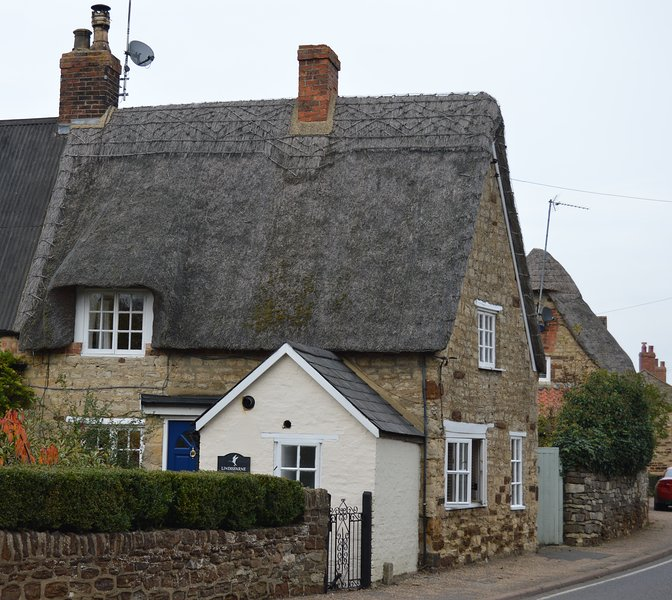 Thatched Cottage in Central Old Village with canal walks, holiday rental in Weedon