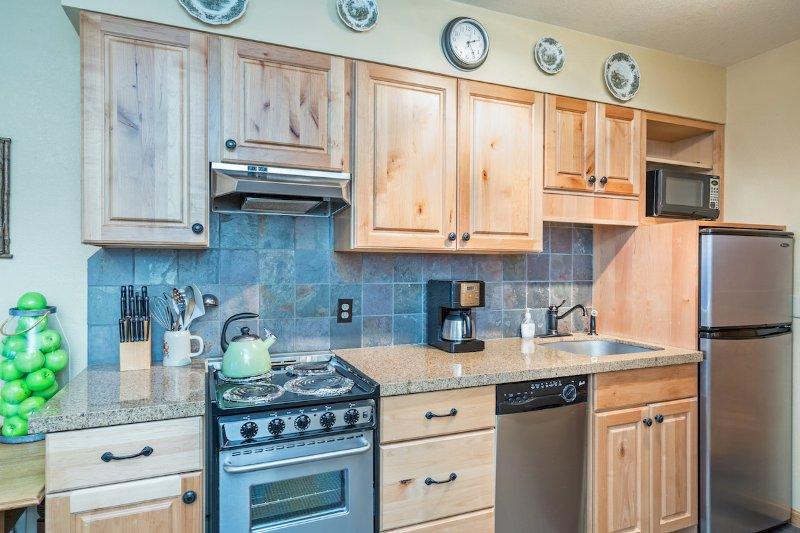Viking Lodge 217 - de keuken is goed uitgerust met een grote koelkast, bereik, vaatwasser en alle essentiële apparatuur.