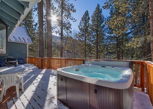 Spacious Mountain Cabin, Large deck with BBQ & Hot Tub (SL161, holiday rental in Stateline