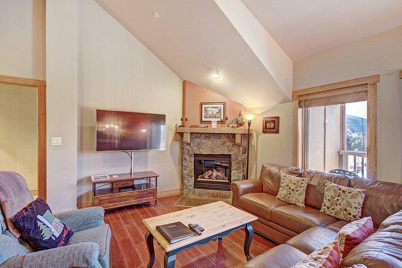 SkyRun Propriété - « 2317 Red Hawk Lodge » - Salon - Le salon propose des chambres plafonds voûtés et les planchers en bois.