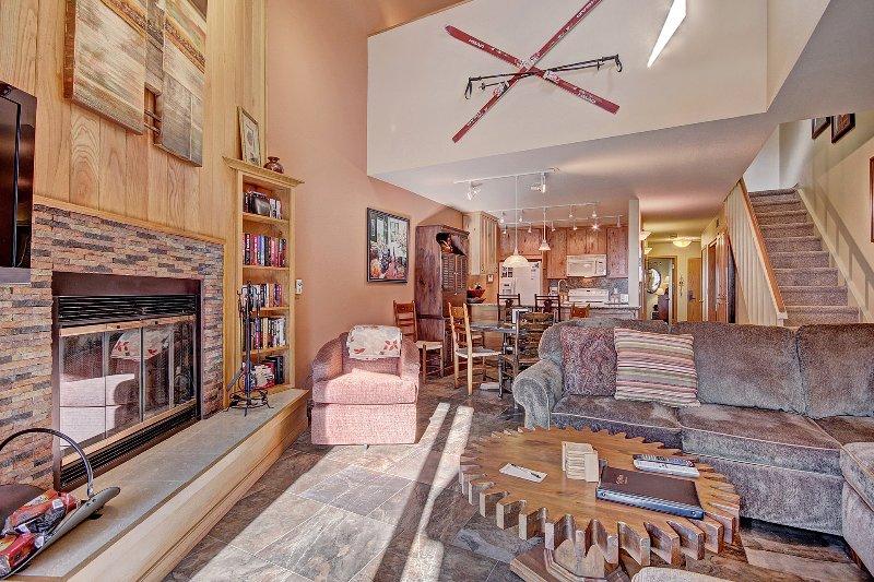 SkyRun Propriété - « 413 Ski Run » - Salon - Salle de séjour confortable et accueillant dispose d'une cheminée au feu de bois.