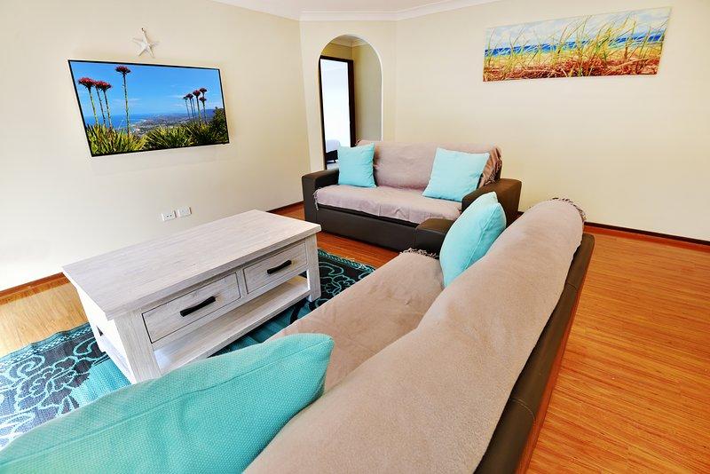 Wohnzimmer mit Smart-TV und Netflix.