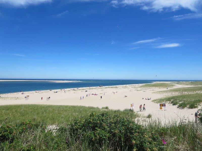 Da non perdere è la famosa Spiaggia del Faro - v'è un parcheggio di 30 minuti disponibile o prendere un pass spiaggia di municipio e parco sulla via del ponticello di fare un giorno di esso. Chatham Cape Cod New England Case per le vacanze